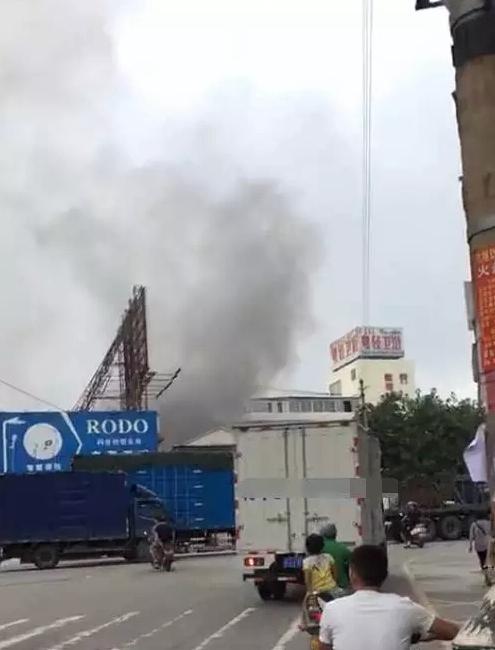 开平水口卫浴城附近发生火灾,现场冒着浓浓黑烟